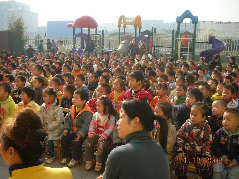 丹凤幼儿园的小朋友观看了皮影戏表演