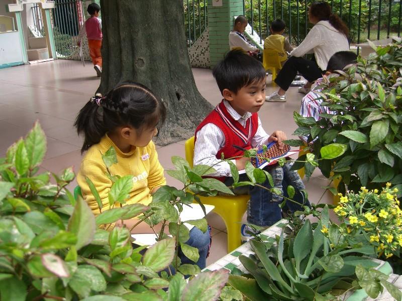 幼儿写生活动 2008年12月12日上午,正园大一班的孩子们结合主题活动,在教师的带领下走出教室,寻找美丽的叶子进行写生活动。孩子们认真的观察,用稚嫩的小手描绘自己寻找到的各种不同的叶子,用质朴的笔触细心地将这些美丽的叶子珍藏在雪白的画纸上。每一笔传递给我们的都是不一样的感觉,那份童真让我们感动。