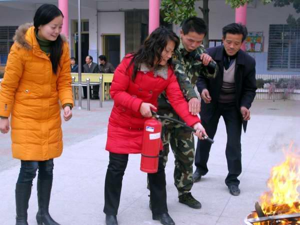 麻城市幼儿园举行消防疏散演练