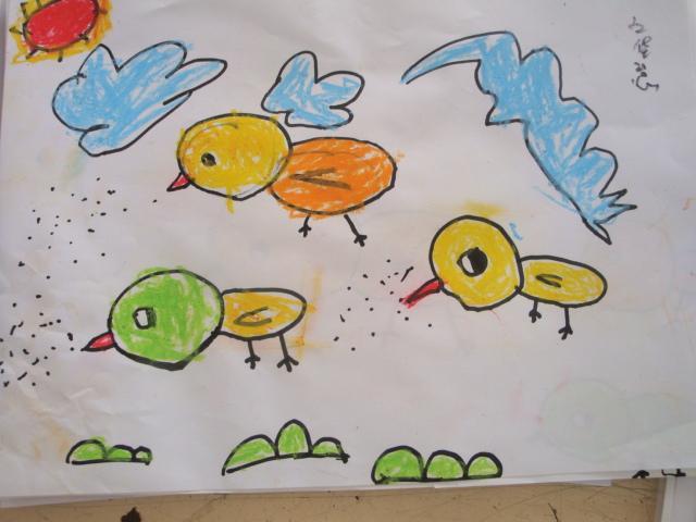 12月27日上午,市幼儿园早教中心开展了兴趣班期末汇报活动,140多名兴趣班家长应邀来到孩子所在的班级观摩。9:30,汇报活动准时开始,六个兴趣班的老师精心做好了准备,她们首先向家长介绍了兴趣班这一学期的教学计划,以及幼儿在学习中的进步情况,然后舞蹈班幼儿在老师组织下汇报展示了所学的基本动作训练、小律动、歌表演、小型舞蹈等,美术班老师组织了一节示范课。在欢快的音乐声中,舞蹈班的孩子们尽情地表演,他们协调优美的舞姿、稚气可爱的形象、认真投入的劲头让家长们高兴得合不拢嘴,情不自禁的给孩子们阵阵热烈的掌声。美术