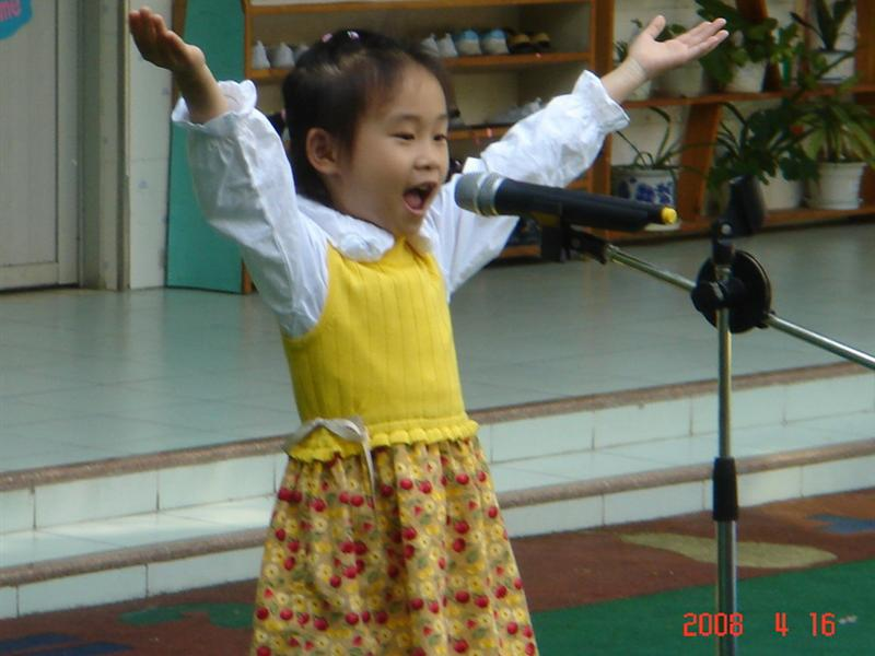 2008年4月16日、17日上午,我园在园内以年级组为单位举行了幼儿讲故事比赛及幼儿诗歌朗诵比赛,在比赛中,我们邀请了部分家长作为评委,以确保比赛评分的公平、公正,而各班参赛小选手表现出色,充分体现了孩子们的参赛水平! 活动结束后,我园通过评选,选出了部分幼儿参加4月27日在深圳中心书城举行的深圳市沙沙讲故事比赛的初赛,让我们预祝他们在初赛中取得好成绩! 以下为本次幼儿讲故事比赛及幼儿诗歌朗诵比赛的获奖名单: 小、中班组获奖名单: 一等奖:朱浩闻 卓尔 二等奖:邓 妍 范睿廷 胡艾琪 杨