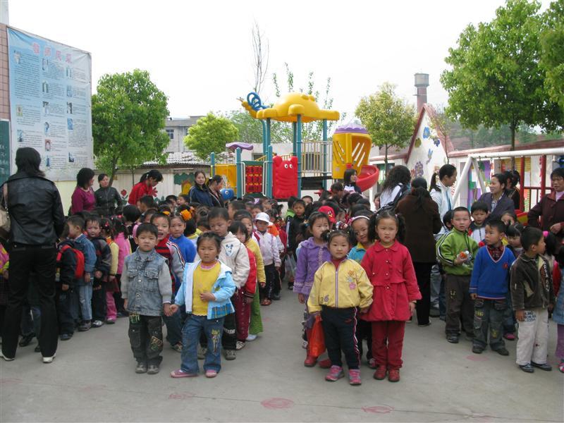 市幼儿园组织大班组幼儿春游