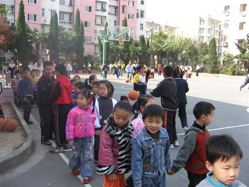 2008年3月28日上午8:30翠柏幼儿园大班小朋友在老师的带领下,来到了附近的翠柏小学参观,一到翠柏小学首先吸引孩子们的是翠柏小学丰富多彩的课外体育活动,哥哥姐姐们有的在打篮球、有的在踢足球、有的跳绳、有的跑步、有的跳远.......小朋友七嘴八舌地说:哥哥姐姐的篮球比我们的大.