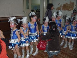 比赛前老师为孩子化妆                                      整理