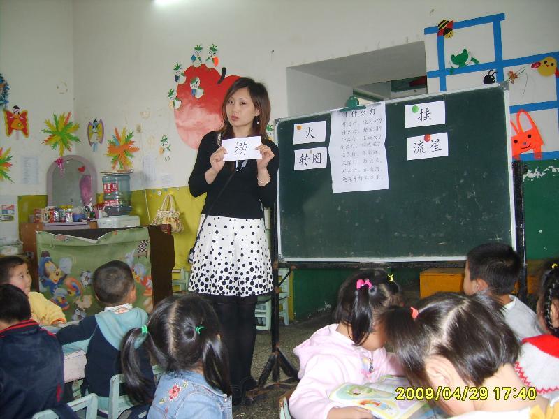 不仅完成幼儿园规定课程,而且穿插英语教学,我园和新加坡智学教育机构