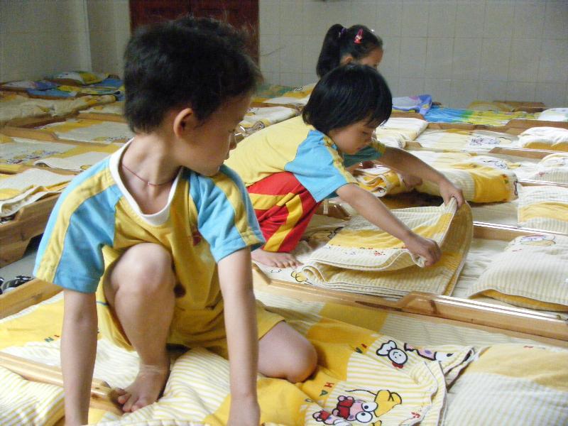 幼儿自己叠被子图片_幼儿园叠被子比赛